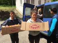 Mezdra Young people helping with food