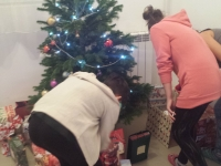 Christmas tree + girls