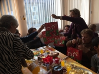 MAX ROMAN - Albi giving presents to old ladies 1