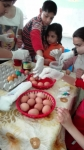 Kids colouring eggs