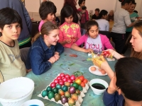 Roman - kids coloring eggs
