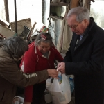 MAX - Rients giving winter package to old woman
